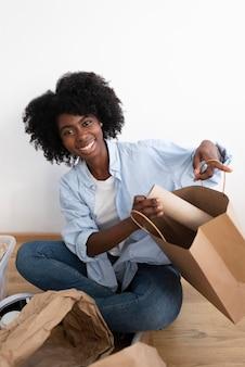 Jeune femme recyclant pour un meilleur environnement