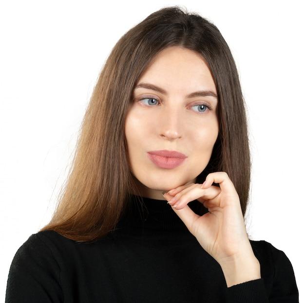 Jeune femme réfléchie rêverie isolée sur blanc