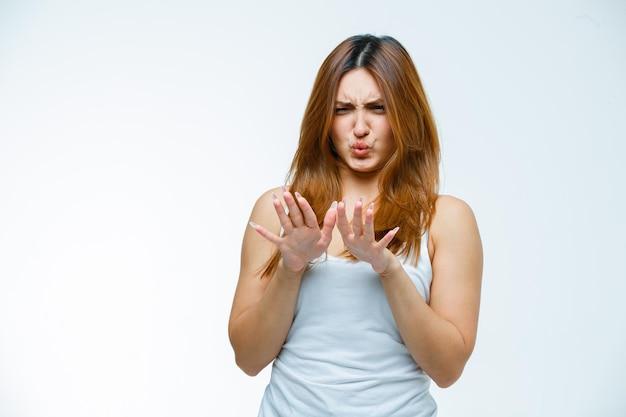 Jeune femme refusant et semblant dégoûtée