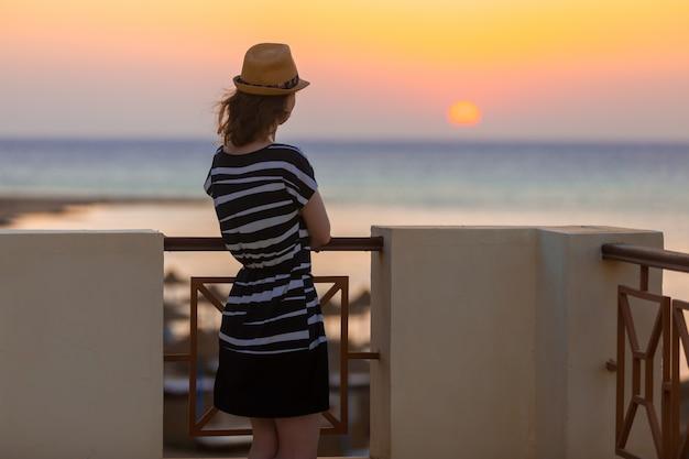 Jeune femme regardant le lever du soleil
