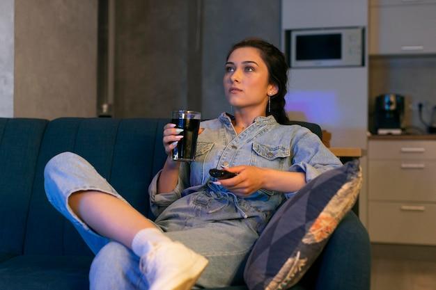 Jeune femme regardant netflix à la maison