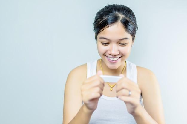 Jeune femme regardant test de grossesse