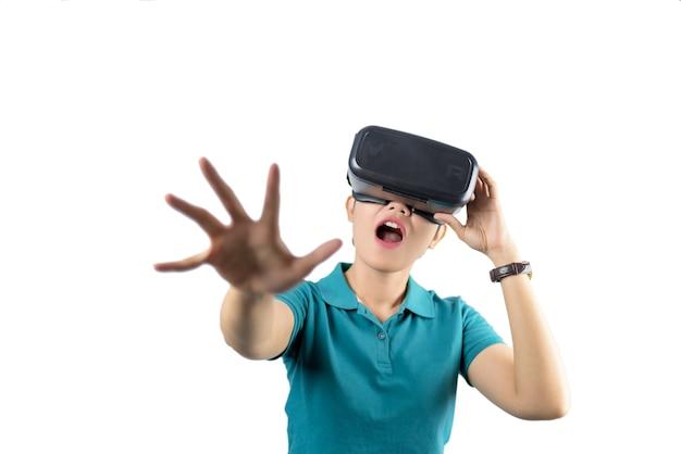Jeune femme regardant à travers le dispositif vr isolé sur fond blanc.