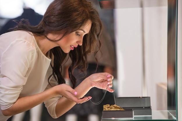 Jeune femme regardant la vitrine du magasin