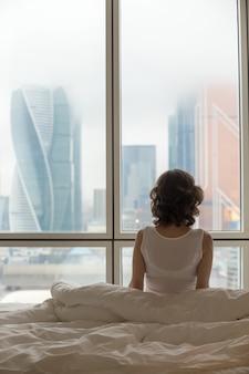 Jeune femme relaxant après avoir réveillé