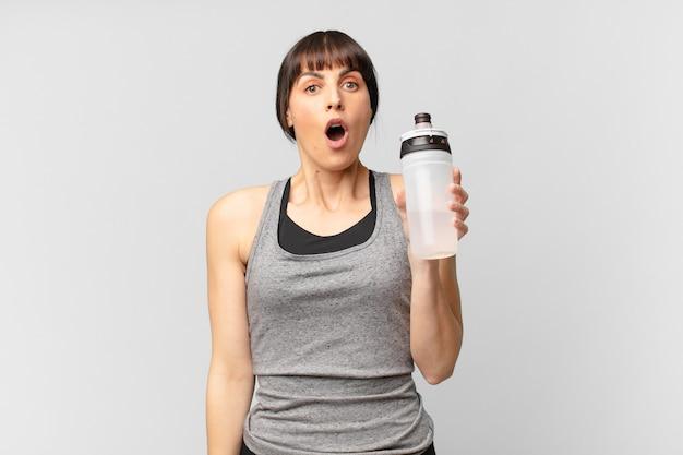 Jeune femme de remise en forme avec un bidon d'eau