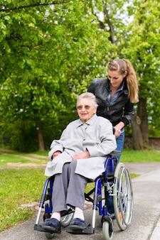 Jeune femme rend visite à sa grand-mère en maison de retraite