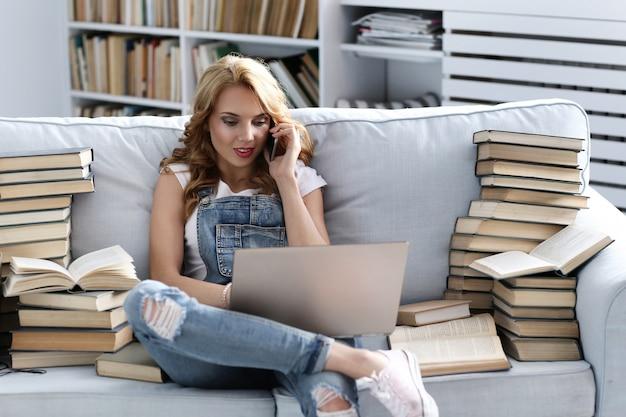 Jeune, femme, reposer, divan, conversation, téléphone