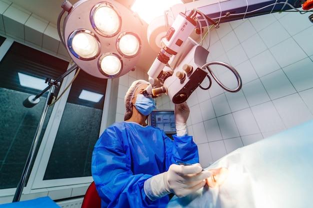Jeune femme, à, respirateur, docteur, préparation, pour, les, opération