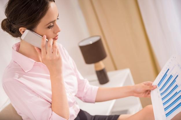 Jeune femme réussie, discutant de stratégie commerciale.