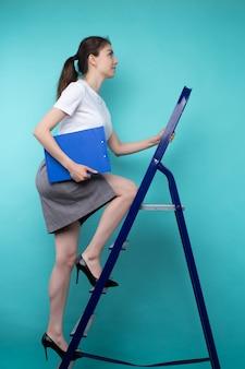 La jeune femme réussie fait l'échelle de carrière