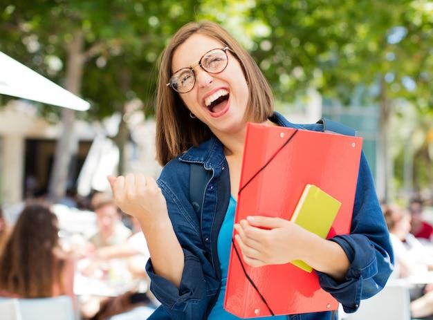 Jeune femme réussie à l'université