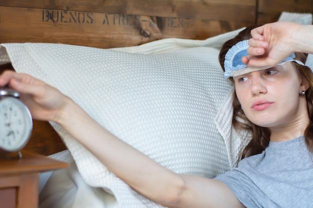 Jeune femme avec réveil