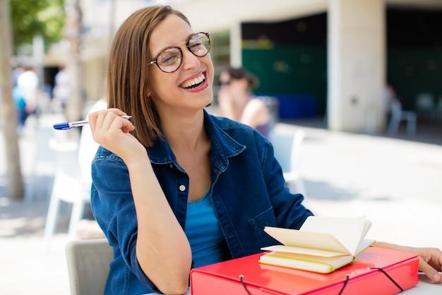 Jeune femme riant à l'université