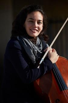 Jeune femme, rire, heureux, à, elle, instrument