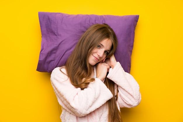 Jeune femme en robe de chambre dans un lit endormi