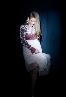 Jeune femme en robe de danse sur la fête