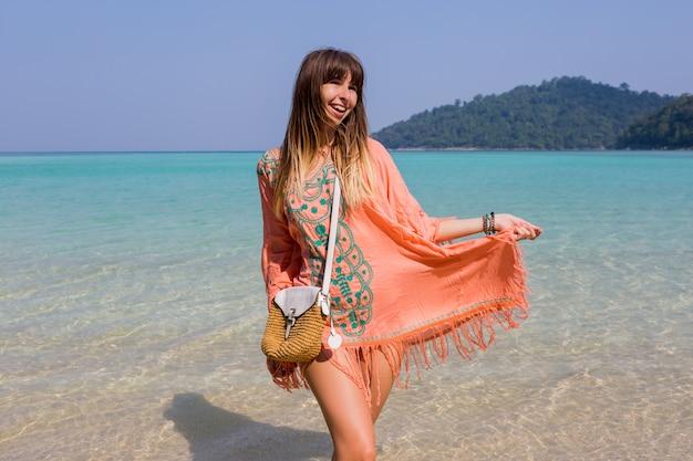 Jeune femme en robe de plage boho tendance