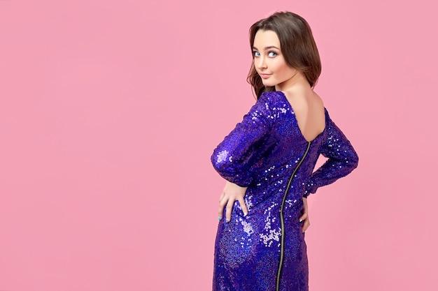 Jeune femme en robe violette