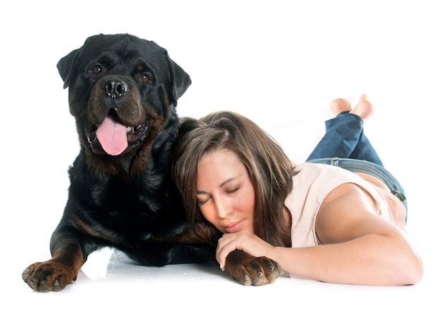 Jeune femme et rottweiler