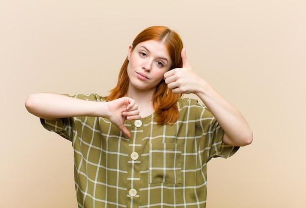 Jeune femme rousse jolie femme se sentant confuse, désemparée et incertaine, pondérant le bon et le mauvais dans différentes options ou choix