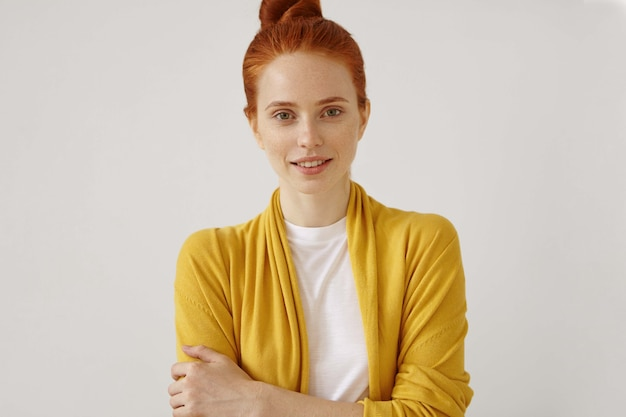 Jeune femme rousse posant