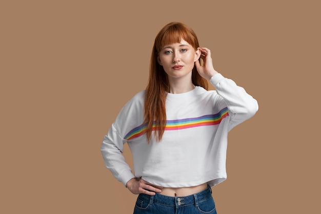Jeune femme rousse avec symbole arc-en-ciel