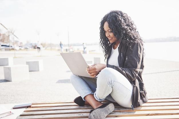 Jeune, femme, rue, fonctionnement, ordinateur portable