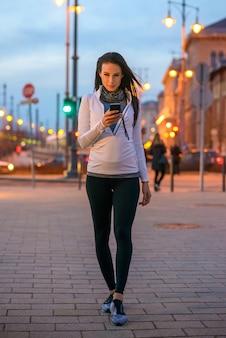 Jeune, femme, rue, téléphone