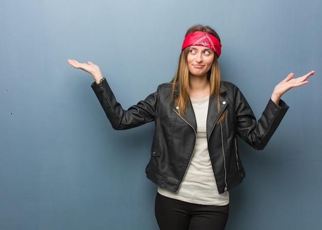 Jeune femme russe confuse et douteuse