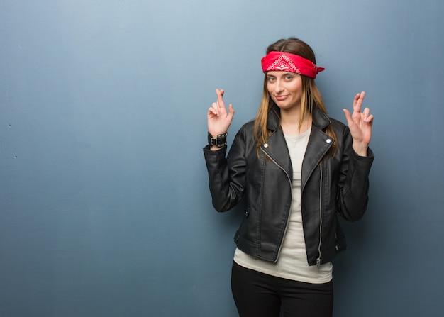 Jeune femme russe croisant les doigts pour avoir de la chance