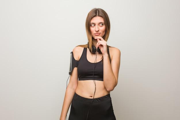 Jeune femme russe fitness doutant et confus