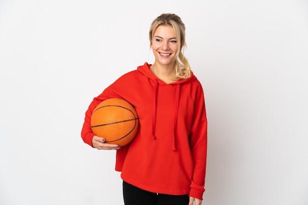 Jeune femme russe isolée sur blanc jouant au basket