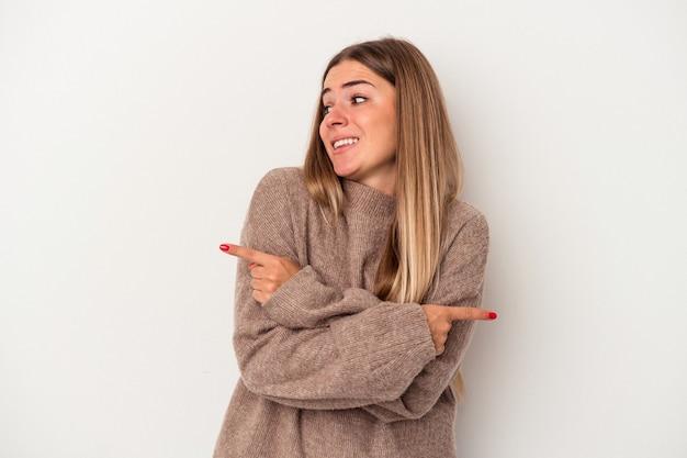 Jeune femme russe isolée sur fond blanc faisant un geste de déni