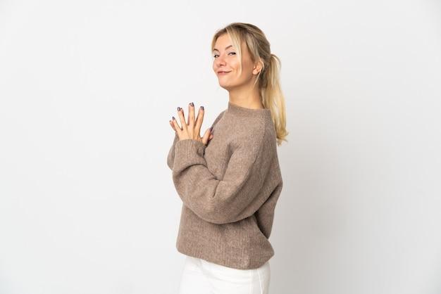 Jeune femme russe isolée sur fond blanc intrigant quelque chose