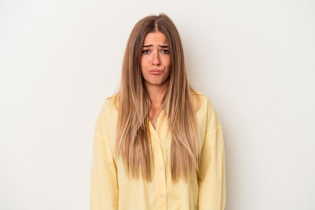 Jeune femme russe isolée sur fond blanc, visage triste et sérieux, se sentant misérable et mécontent.