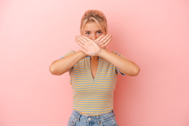 Jeune femme russe isolée sur fond rose faisant un geste de déni
