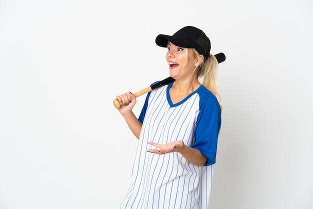 Jeune femme russe jouant au baseball isolé sur fond blanc avec une expression de surprise tout en regardant côté