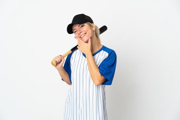 Jeune femme russe jouant au baseball isolé sur fond blanc heureux et souriant