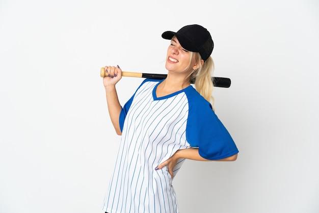 Jeune femme russe jouant au baseball isolé sur fond blanc souffrant de maux de dos pour avoir fait un effort