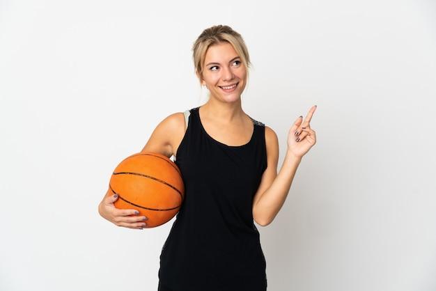 Jeune femme russe jouant au basket isolé sur blanc pointant vers le haut une excellente idée