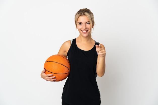 Jeune femme russe jouant au basket isolé sur blanc surpris et pointant vers l'avant