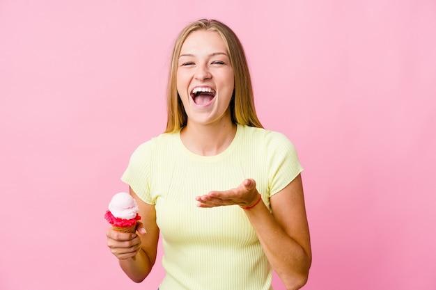 Jeune femme russe mangeant une glace isolée
