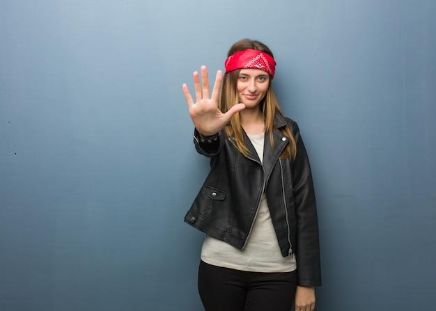Jeune femme russe, numéro cinq