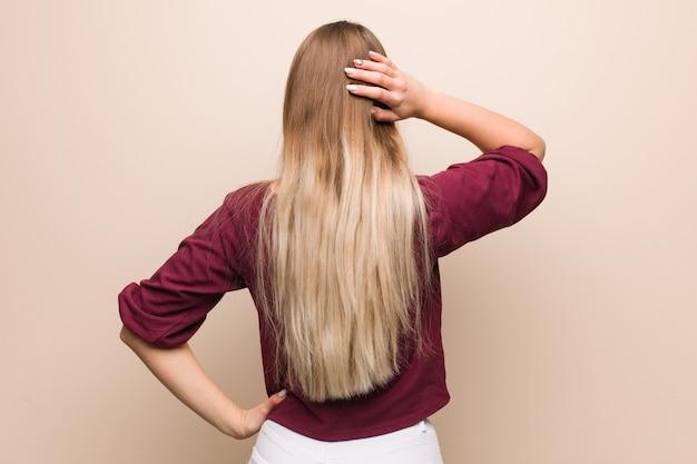 Jeune femme russe par derrière en pensant à quelque chose