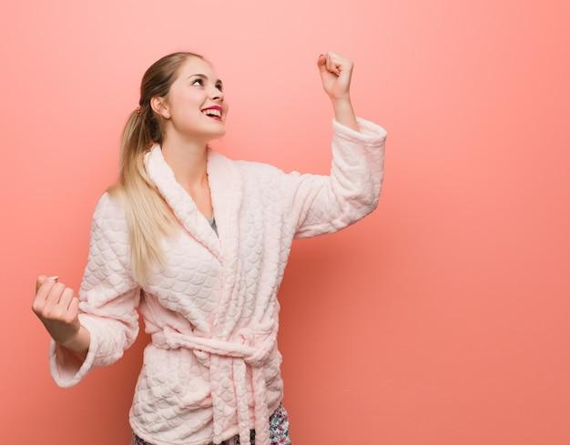 Jeune femme russe en pyjama qui ne se rend pas