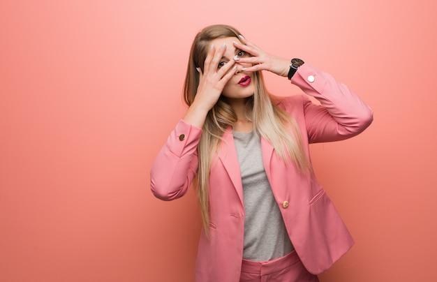 Jeune femme russe en pyjama se sent inquiet et effrayé