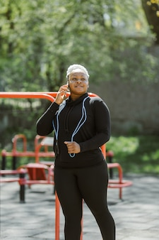 Jeune femme s'amusant à s'entraîner en plein air