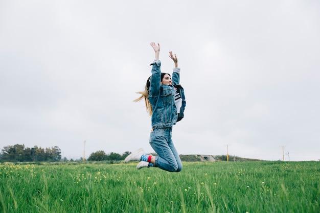 Jeune femme s'amuser dans le champ