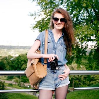 Jeune femme s'amuser dans la nature et faire des photos